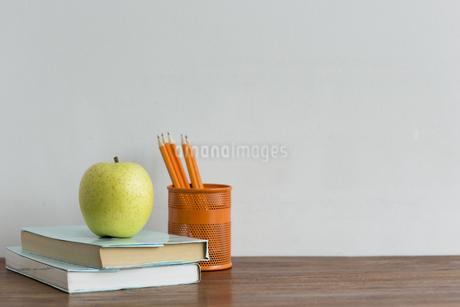 リンゴと本の写真素材 [FYI00042148]