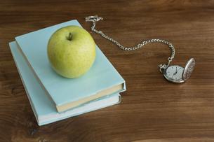 リンゴと本の写真素材 [FYI00042151]