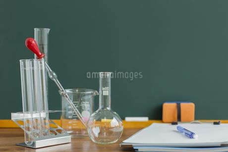 黒板と実験器具の写真素材 [FYI00042153]
