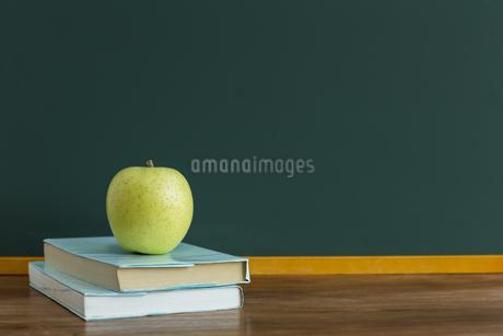 黒板とリンゴの写真素材 [FYI00042155]