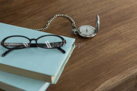 懐中時計と本の写真素材 [FYI00042156]