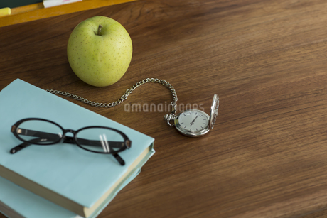 リンゴと懐中時計の写真素材 [FYI00042159]