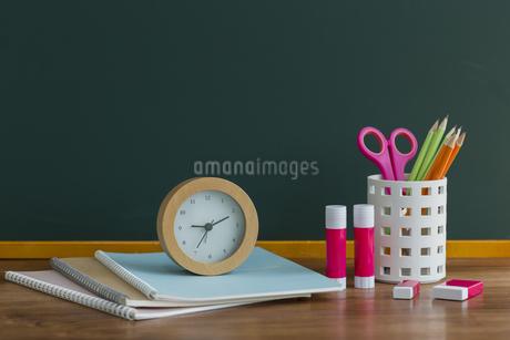 黒板と文房具の写真素材 [FYI00042160]