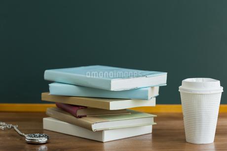 黒板と本の写真素材 [FYI00042161]