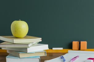 黒板とリンゴの写真素材 [FYI00042163]