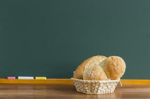 黒板とパンの写真素材 [FYI00042164]