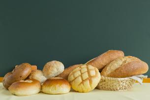 黒板とパンの写真素材 [FYI00042167]