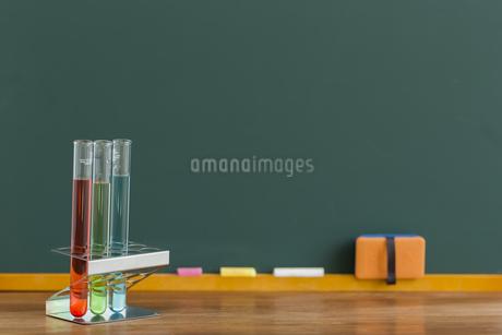 黒板と実験器具の写真素材 [FYI00042169]