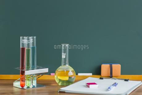 黒板と実験器具の写真素材 [FYI00042170]