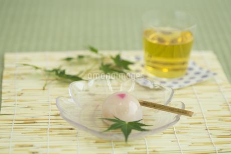 饅頭とお茶の写真素材 [FYI00042171]