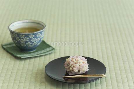 饅頭とお茶の写真素材 [FYI00042172]