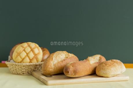黒板とパンの写真素材 [FYI00042173]