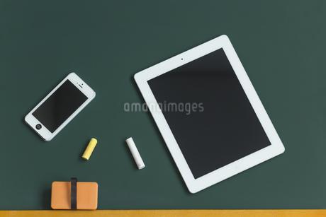 黒板とタブレットPCの写真素材 [FYI00042179]