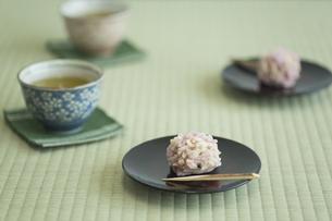 饅頭とお茶の写真素材 [FYI00042180]
