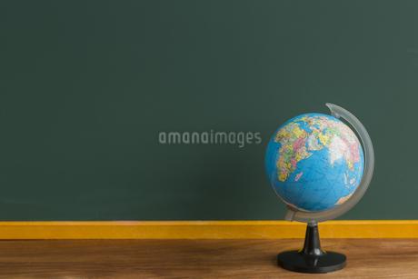黒板と地球儀の写真素材 [FYI00042188]