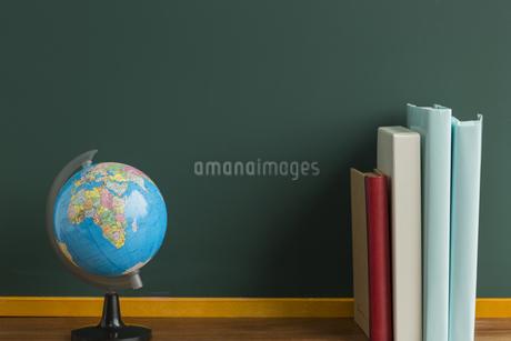 黒板と地球儀の写真素材 [FYI00042190]