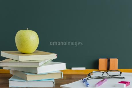 黒板とリンゴの写真素材 [FYI00042192]