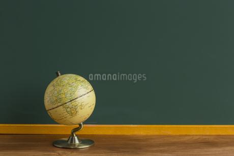 黒板と地球儀の写真素材 [FYI00042196]