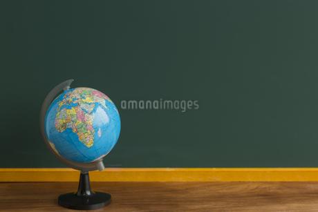 黒板と地球儀の写真素材 [FYI00042197]