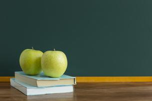 黒板とリンゴの写真素材 [FYI00042202]