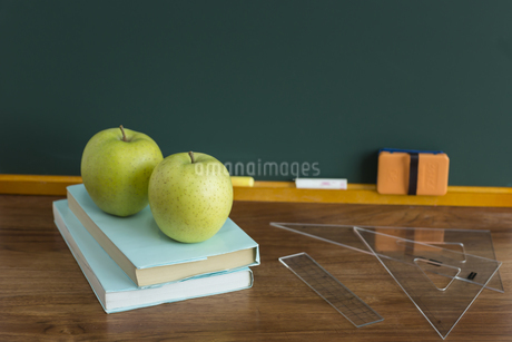 黒板とリンゴの写真素材 [FYI00042204]