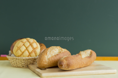 黒板とパンの写真素材 [FYI00042207]