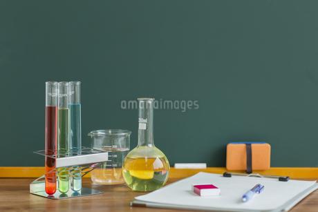 黒板と実験器具の写真素材 [FYI00042209]