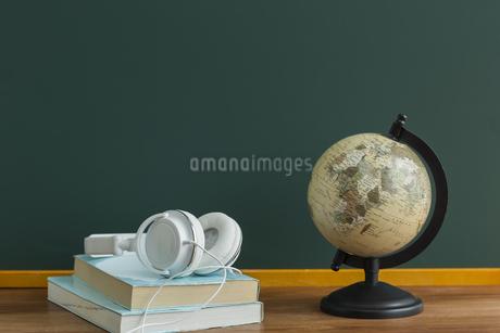 黒板と地球儀の写真素材 [FYI00042210]