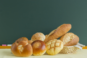 黒板とパンの写真素材 [FYI00042213]
