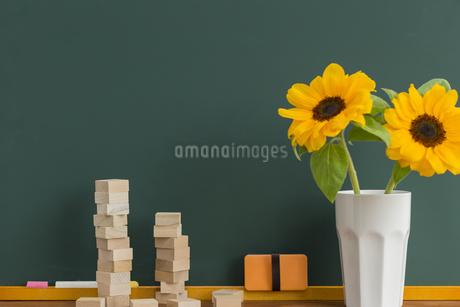 黒板とヒマワリの写真素材 [FYI00042214]