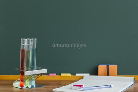 黒板と実験器具の写真素材 [FYI00042215]
