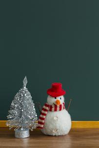 黒板とクリスマスグッズの写真素材 [FYI00042216]