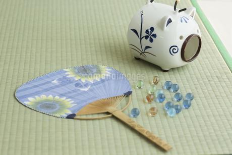 団扇と蚊取り豚の写真素材 [FYI00042218]