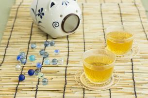 お茶とビー玉の写真素材 [FYI00042229]