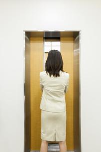 エレベーターを待つビジネスウーマンの写真素材 [FYI00042251]