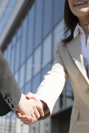 握手するビジネスウーマンの写真素材 [FYI00042253]