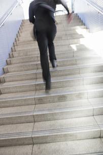 階段を駆けあがるビジネスマンの写真素材 [FYI00042262]