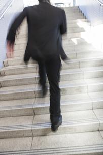 階段を駆けあがるビジネスマンの写真素材 [FYI00042263]