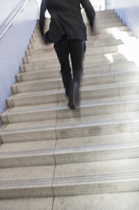 階段を駆けあがるビジネスマンの写真素材 [FYI00042264]
