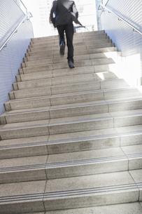 階段を駆けあがるビジネスマンの写真素材 [FYI00042267]