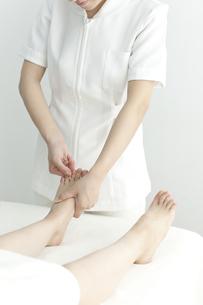 足をマッサージするエステティシャンの写真素材 [FYI00042285]