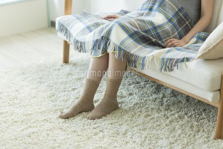 ソファーに座る妊婦の写真素材 [FYI00042343]