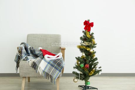 クリスマスツリーとソファの写真素材 [FYI00042370]