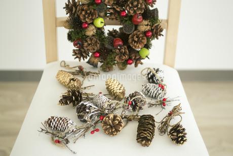 クリスマスリースと椅子の写真素材 [FYI00042390]
