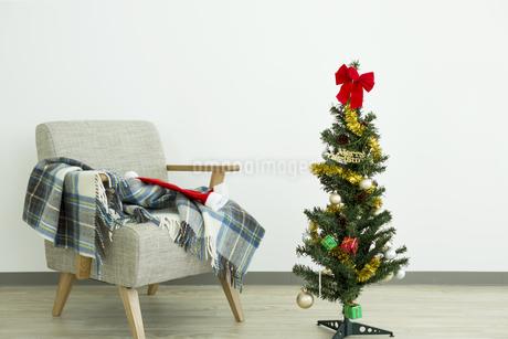 クリスマスツリーとソファの写真素材 [FYI00042392]