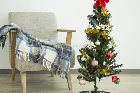 クリスマスツリーとソファの写真素材 [FYI00042393]