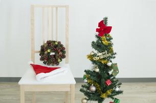 クリスマスツリーと椅子の写真素材 [FYI00042394]
