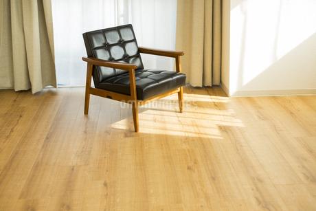 部屋の中にあるソファの写真素材 [FYI00042493]