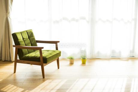 部屋の中にあるソファの写真素材 [FYI00042500]