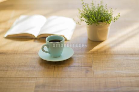 コーヒーと本と観葉植物の写真素材 [FYI00042539]